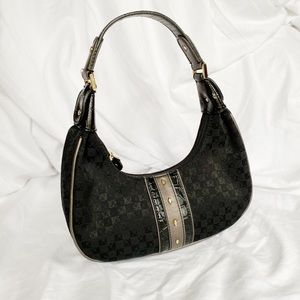 Black purse. Leather and fabric.